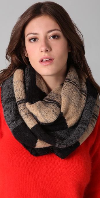 描述                       这款针织围巾具有双色纱线方格