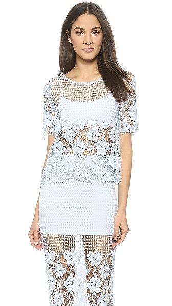 o.a. 上衣采用钩针编织和蕾丝混合设计. 下摆和短袖饰有花朵图案边缘.