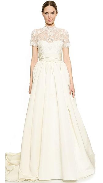 这款浪漫气息 marchesa 礼服采用精美蕾丝和华美罗缎设计
