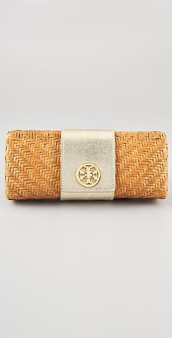 这款结构感编织藤包的前搭盖上设计有旋扣徽标