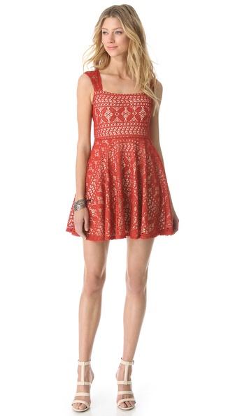 这款钩针编织连衣裙外形飘逸,完美融合波西米亚