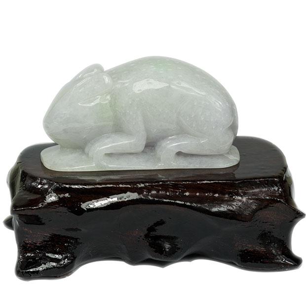 装饰品,摆件,挂件  摆件    这款立体雕刻的生肖兔摆件由缅甸天然翡翠