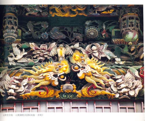 飞翘的屋檐上往往雕刻避邪祈福灵兽,似麒麟,像飞鹤,有人喜欢灵兽,有人