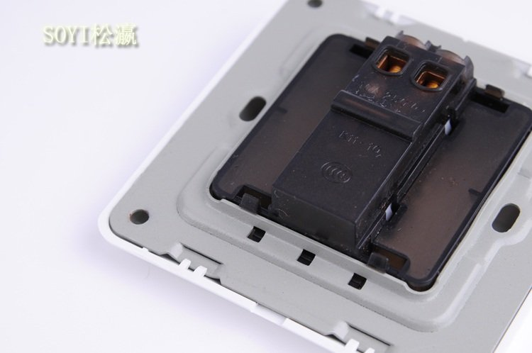 5,安装接线采用螺丝旋进挤压固定,超大接线孔轻松接入4平方线.