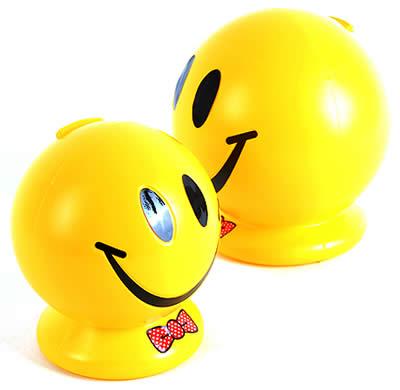 富有生机的黄色可爱至极, 微笑笑脸储蓄罐是室内装饰的好选择.